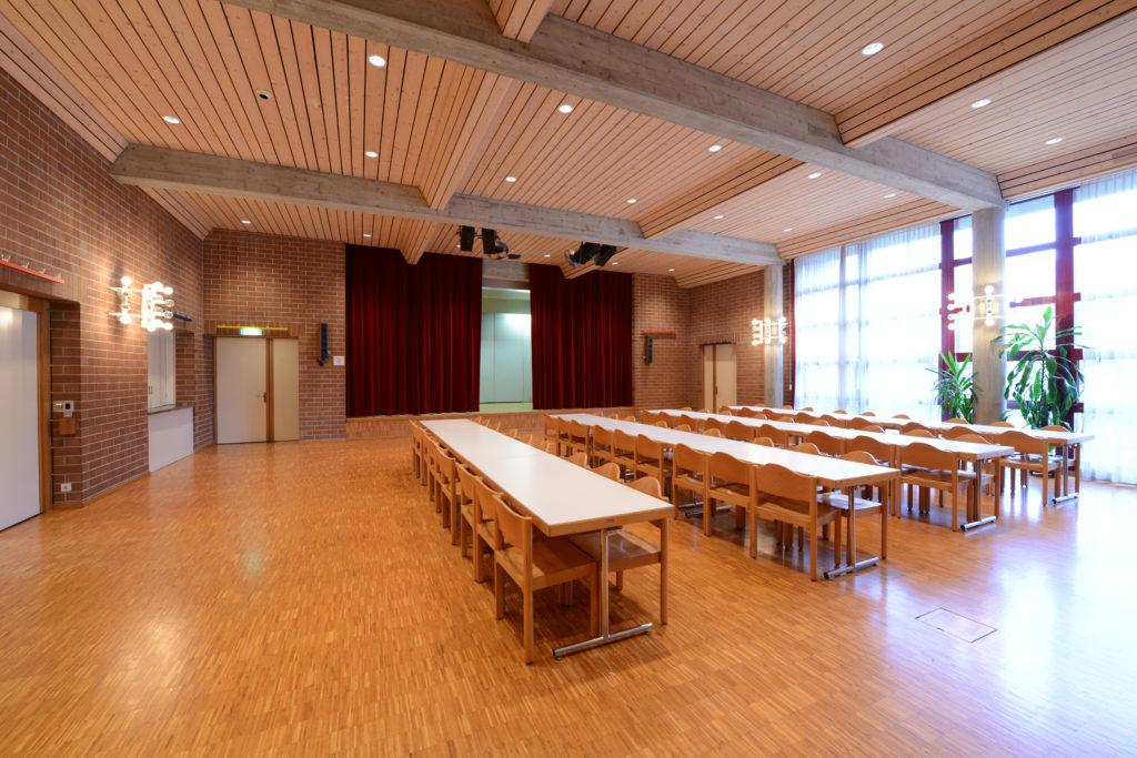 Saal im Kirchenzentrum mit Bühne